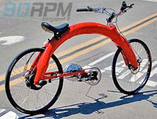 """Foto che mostra una bicicletta con """"telaio ad arco"""""""