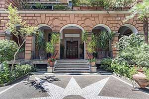 Il Palazzo del 1927 dove ha sede il Bed and Breakfast Adele Emme è circondato da un rigoglioso e curato giardino