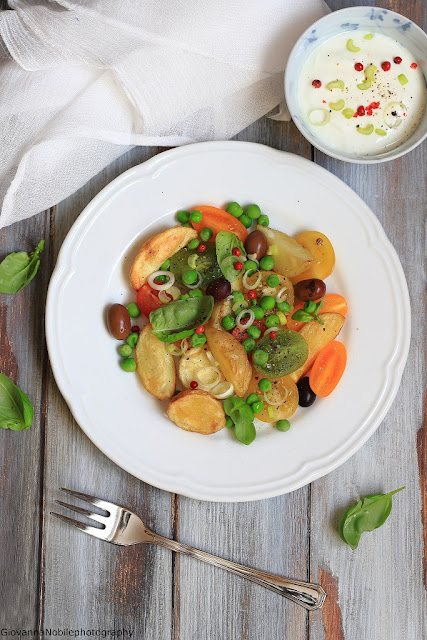 Patate al forno con piselli e pomodorini