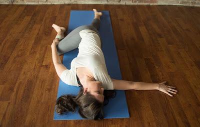 Tư thế Yoga nằm vặn hông