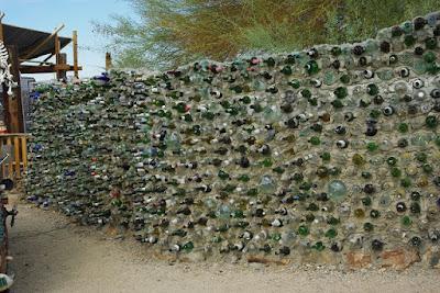 Muro de botellas en East Jesus