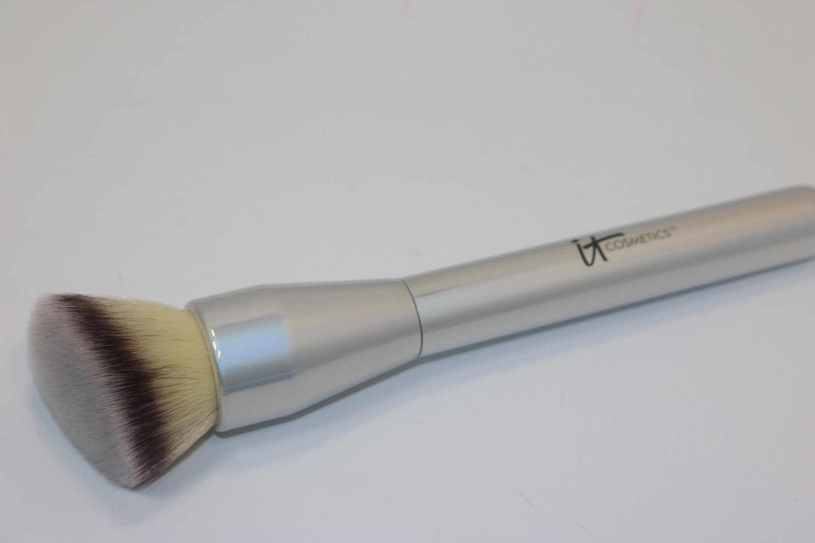 IT Cosmetics Heavenly Luxe™ Angled Buffing Foundation Brush
