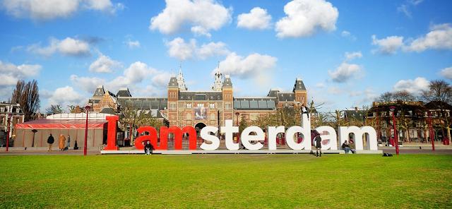 Letreiro I Amsterdam em Amsterdã em agosto