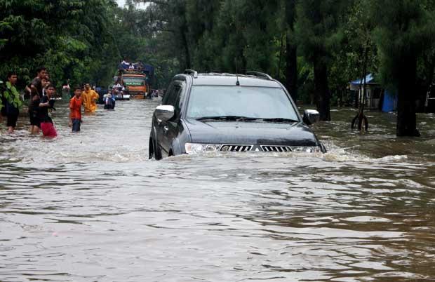 Perhatikanlah Tips Berikut Jika Mobil Ingin Menerobos Banjir