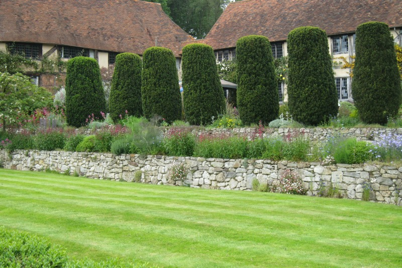 Muro de contención en el jardín de Long Barn