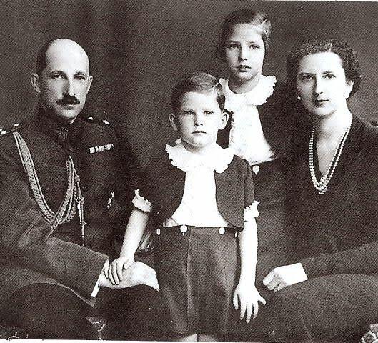 Simeón II con sus padres y su hermana