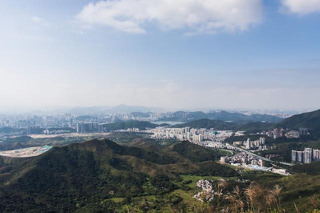 在紅花嶺山頂上看深圳市市區和香港的郊野
