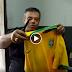 Homem rasga camisa da Seleção, xinga torcedores e Copa do Mundo
