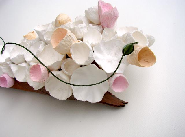 centrotavola su corteccia per matrimonio green, con fiori di carta , eco design Roma