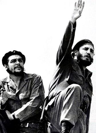 Foto de Fidel Castro al aire libre con el Che Guevara