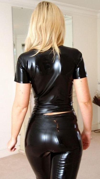 sexy chica rubia en latex negro