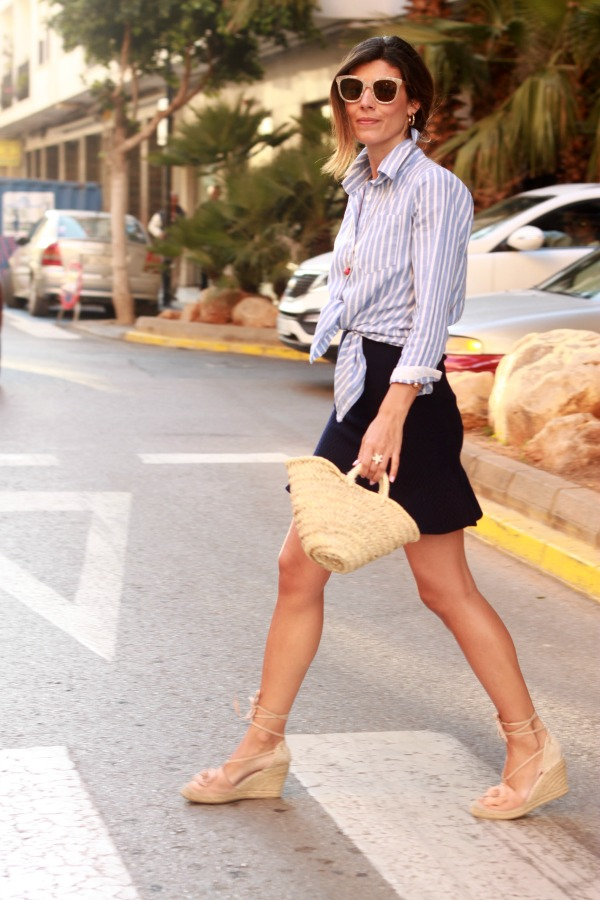 Moda, estilo clasico, camisa anudada