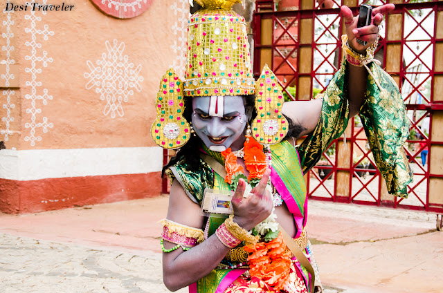 dancer with cellphone at shilparamam