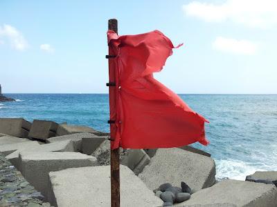 Rote Fahnen warnen vor den Gefahren im Atlantik