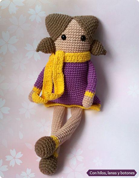 Con hilos, lanas y botones: Muñeca amigurumi cuadrada
