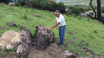 Bizzarri na pedreira escolhendo pedras para fazer as construções com pedras, paisagismo com pedras, lagos ornamentais, jardins com pedras, paredes com pedras, escadas com pedras e caminhos com pedra.