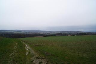 Ausblick auf die Landschaf vor grauem Himmel