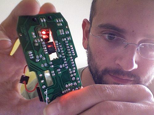 Técnico de computadora sosteniendo tarjeta