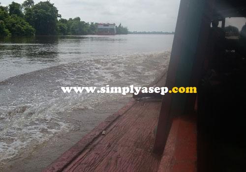 SUNGAI :  Dengan menggunakan kapal boat, kami pun berlayar melintasi sungai untuk sampai di tujuan memakan waktu sekitar 2,5 jam.  Foto Asep Haryono