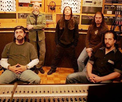 Foto de integrantes de Dream Theater en estudio de grabaciones