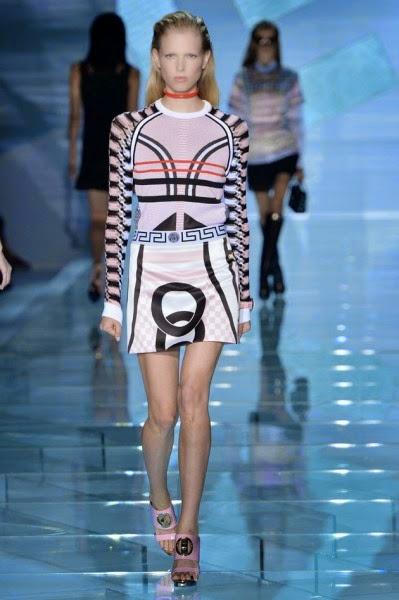 Esse foi o desfile da Versace, cheio de cores, brilhos e com uma cara bem  futurista, tudo que os fashionistas gostam de ver. 06037604b8