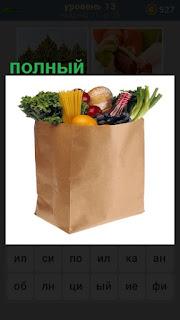 на столе стоит полный пакет с продуктами
