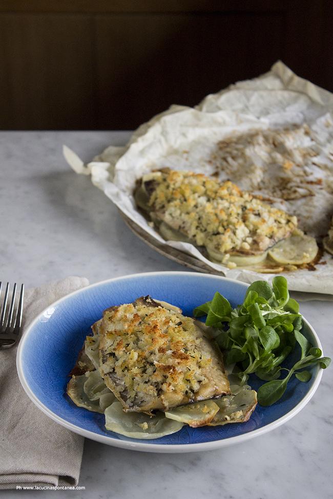 Piatto con sgombro gratinato al forno su patate