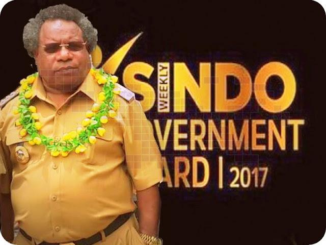 Eltinus Omaleng Raih Penghargaan SINDO Weekly Goverment Award 2017