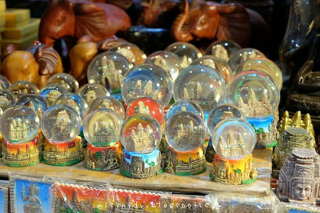 beli oleh-oleh snow globe di night market siem reap