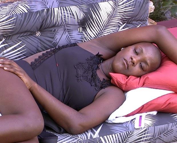 Tamires e Angélica descansam deitadas