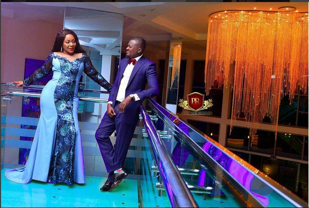 Grab her by the...: Pre-wedding photos of adorable couple