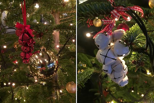 Christbaumkugeln am Baum: rote und weisse Glocken
