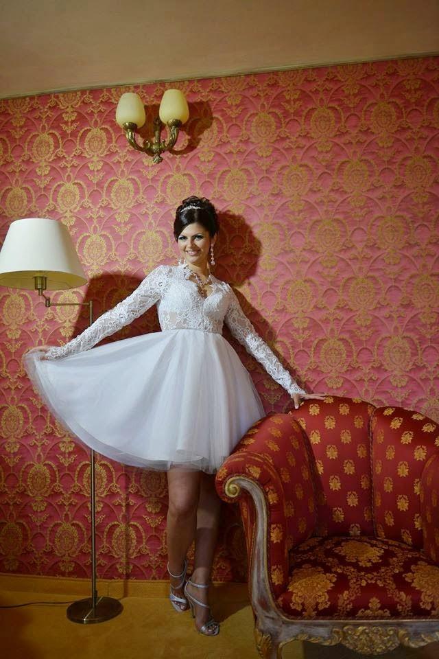 http://nuntacustil.blogspot.ro/2014/11/vand-rochie-de-mireasa-bien-savvy.html
