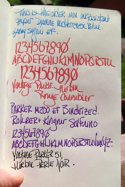 Renkli kalemle ve büyük harflerle yazılmış harfler, rakamlar ve yazılar