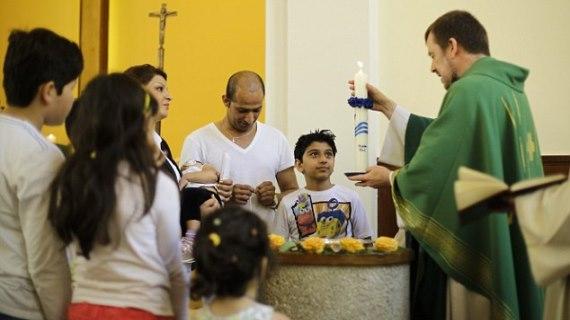 Berbondong-bondong Pengungsi Muslim di Eropa Masuk Kristen