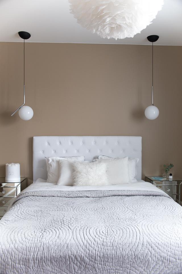 Villa H, makuuhuone, kodin sisustus, peilipintainen yöpöytä