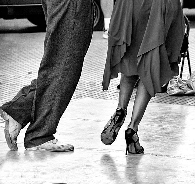 ByN.Pasos de tango en las piernas de bailarines