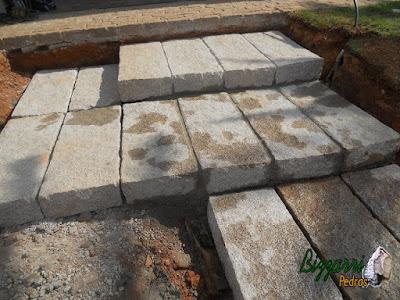 Jeito fácil de fazer uma escada de pedra no jardim, sendo escada de pedra folheta tamanho 40 cm de largura, 90 cm de comprimento e 16 cm de espessura. São pedras que são colocadas soltas na terra ou em cima da areia. Na foto só rejuntado com cimento e areia.