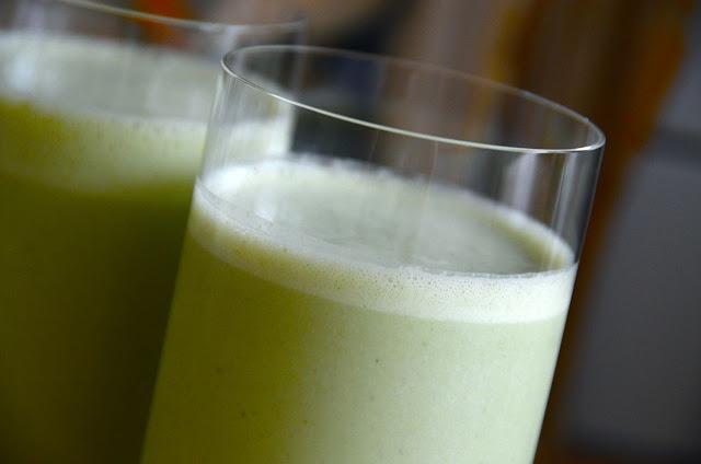 GREEN MATCHA TEA AND BANANA SMOOTHIE