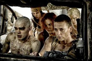 Nicholas Hoult y Charlize Theron en Mad Max: furia en la carretera (George Miller, 2015)