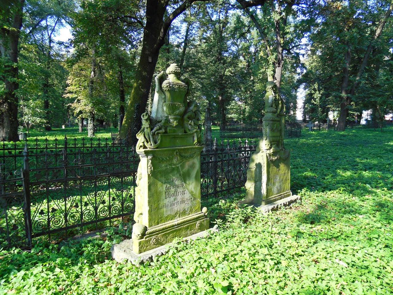 Cmentarz we Wschowie jest pełen starych kamiennych grobowców.