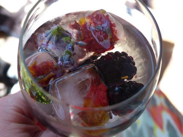 Sommer Getränk trinken Highlights selber machen Rezept Eiswürfel essbare Blüten gefroren Beeren