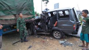 Babinsa Serda Daryono Tolong Penumpang Kecelakaan Lalulintas di Rimbo Bujang