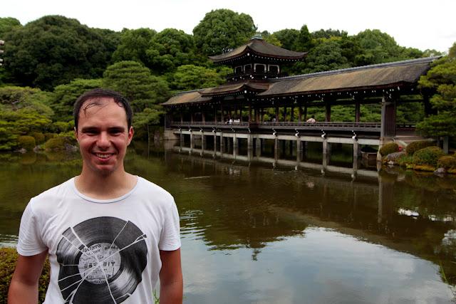 Puente en los jardines del santuario Heian de Kioto