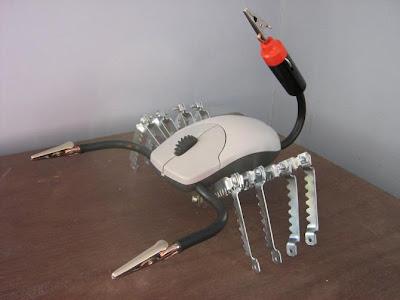 robot escorpión con plásticos, fierros  y mouse reciclados