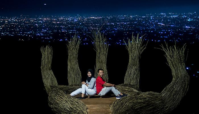 Sejoli Berfoto di Spot Tangan Raksasa Pinus Pengger