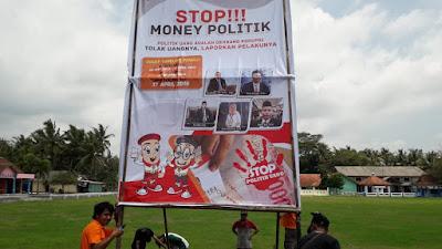 """Panwascam Pituruh pasang baliho """"Stop Money Politik dan Gunakan Hak Pilihmu"""" dititik keramaian Kecamatan Pituruh"""