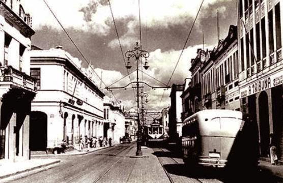 Foto da Avenida Capixaba nos anos 1940 com o prédio de A Tribuna à direita. Acervo Arquivo Geral da Prefeitura de Vitória.
