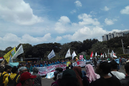 Menggetarkan!!! Long March ke Istana, Massa Aksi Mahasiswa 121 Bawa Keranda Mayat Sebagai Pertanda Matinya Nurani Pemerintah
