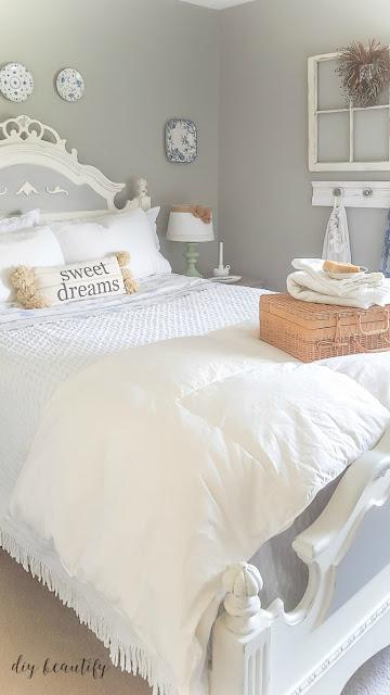 farmhouse bedroom decorating